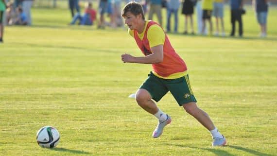 Футболист бежит